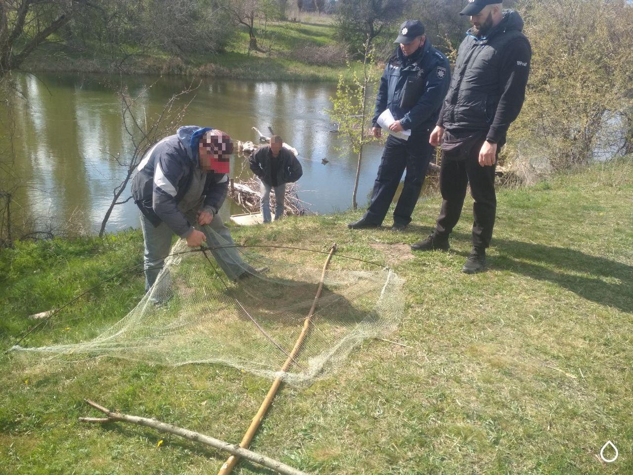 Из Ингульца мужчины ловили рыбу запрещенным «пауком»