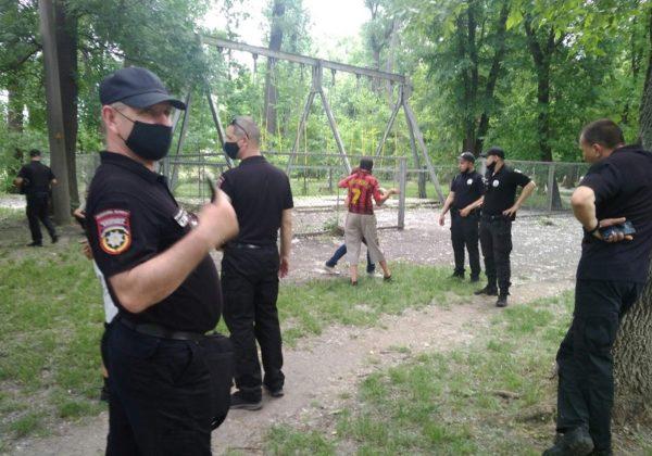В парке Шевченко 5 человек пытались разобрать старые аттракционы на металл