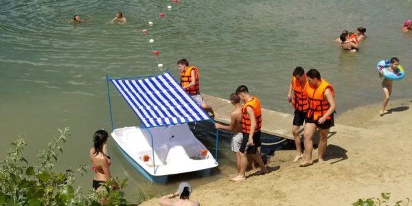 На Байдаковском пляже можно пользоваться шезлонгами и катамаранами бесплатно
