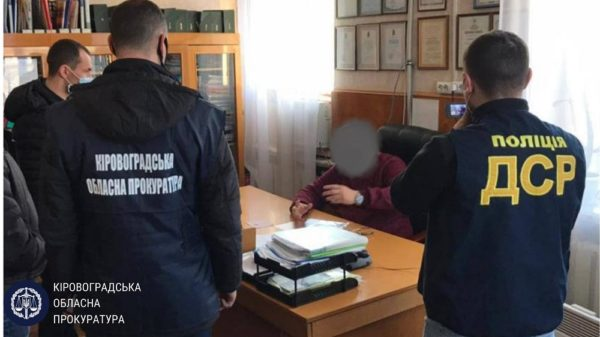 Заместителя начальника управления Кировоградской ОГА поймали на получении взятки