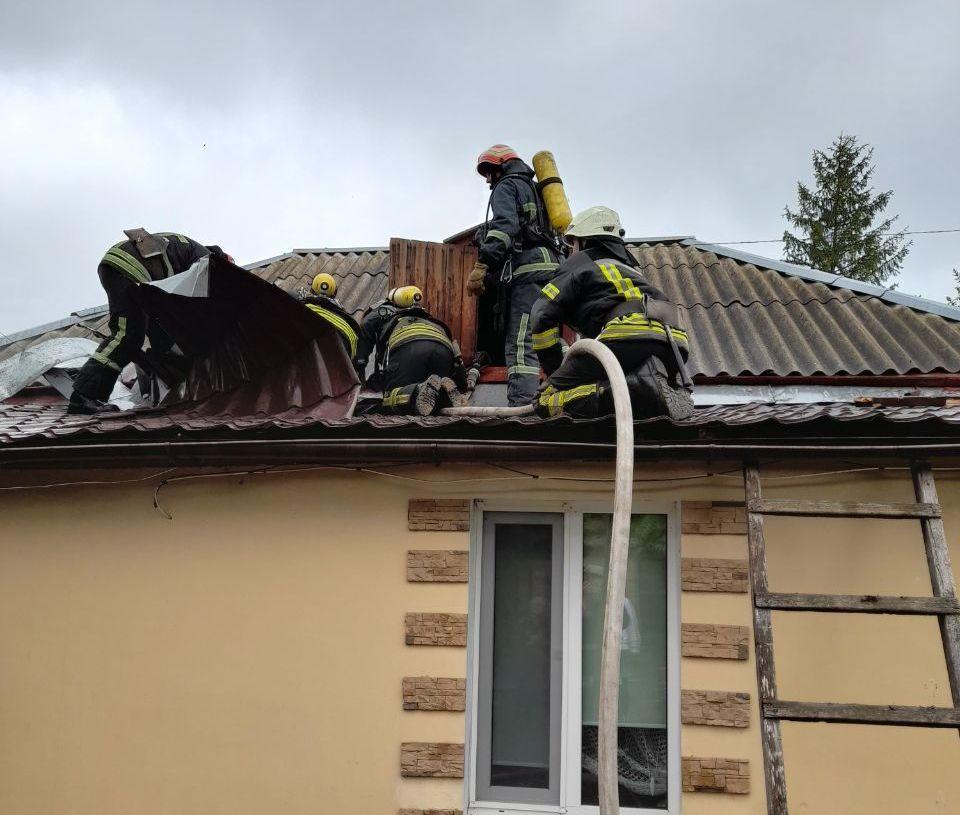 Александрийские спасатели потушили пожар в частном доме и помогли открыть дверь квартиры (ФОТО)