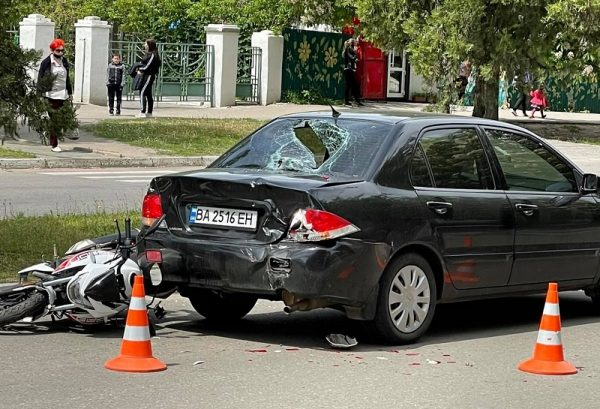 В Александрии возле «Гранд Плазы» произошло ДТП с участием легковушки и мотоцикла (ФОТО)