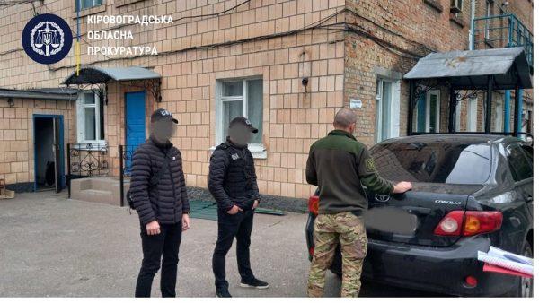 За смарт часы, стоимостью 15 000 грн, сотрудник исправительной колонии обещал смягчение режима содержания под стражей