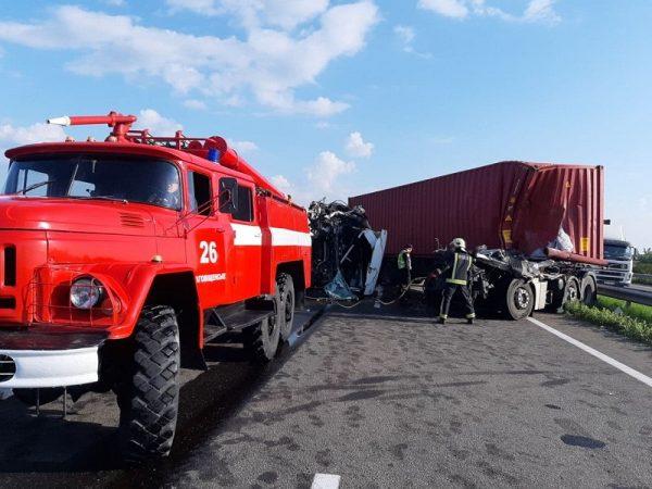 В Кировоградской области произошло ДТП с участием трех грузовиков и легкового автомобиля, есть пострадавшие (ФОТО)