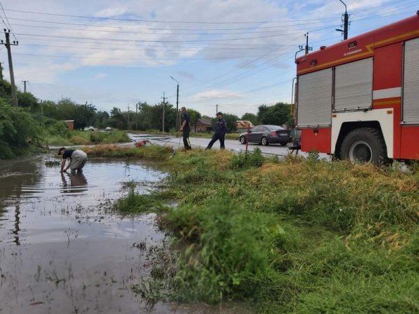 В Александрии дождевая вода затопила территории 11 домов (ФОТО)