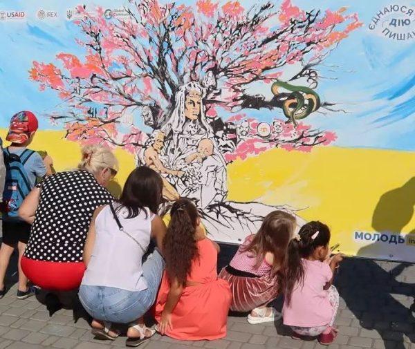 В День Независимости александрийцы разрисовывали картину, которая может стать муралом на одном из домов города