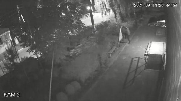 В Приютовке ночью молодой парень крушил урны, дорожные знаки и доску объявлений