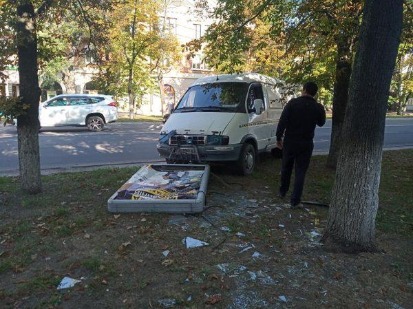 В Александрии возле главпочтамта ГАЗель снесла лайтбокс